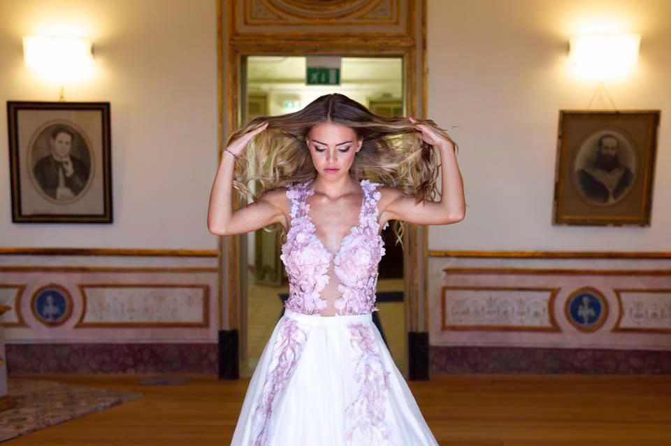 Gli abiti ricchi di fiori e super romantici sono firmati Angela Chiara  Cernuto 77443694241
